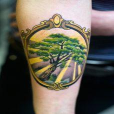 小臂上的镜框树纹身图案