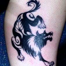 大臂上的狼图腾纹身图案