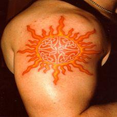 大臂上的太阳图腾纹身图案