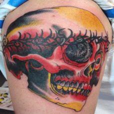 大臂上的骷髅头荆棘纹身图案