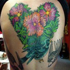 后背上的心形木槿花纹身图案