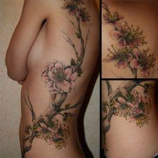 后背上的桃花纹身图案
