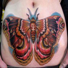 小腹上的飞蛾纹身图案