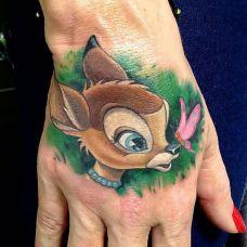 手背上的小鹿纹身图案