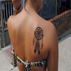 后背上的捕梦网纹身图案