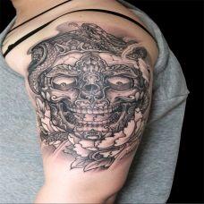 大臂上的嘎巴拉纹身图案