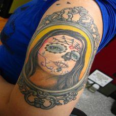 大臂上的deadgirl纹身图案