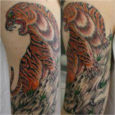 大臂上的上山虎纹身图案