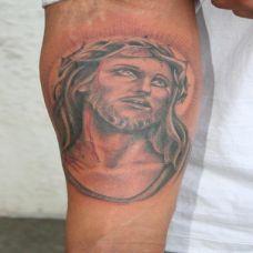 小臂上的耶稣纹身图案