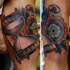 大臂上的沙漏梵花纹身图案