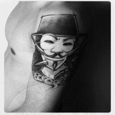 大臂上的V字仇杀队面具纹身图案