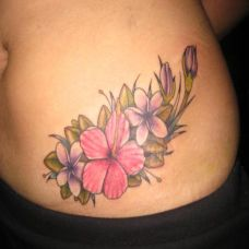 腰侧的木槿花纹身图案