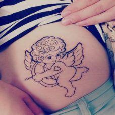 腰侧的小天使纹身图案