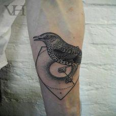 小臂上的麻雀纹身图案