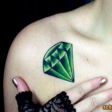 锁骨处的绿色钻石纹身图案