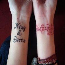 手腕上的英文与藏文纹身图案