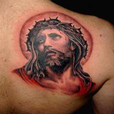 肩胛骨上的耶稣纹身图案