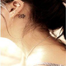 女生耳后的小花纹身图案
