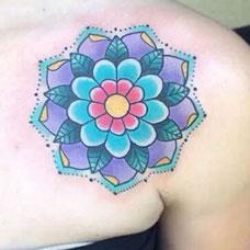肩膀上的蓝色梵花纹身图案