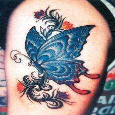 大臂上的蝴蝶纹身图案