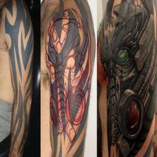 大臂上的遮盖机械纹身图案
