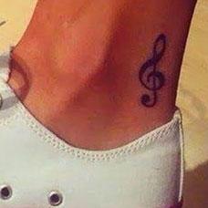 脚踝上的音乐符号纹身图案