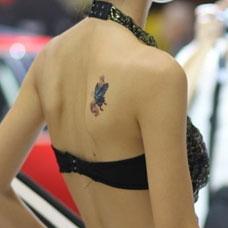 肩胛骨上的小蝴蝶纹身图案