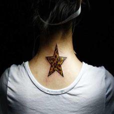 脖子后面的豹纹五角星纹身图案