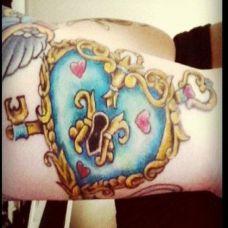 小臂上的桃心锁纹身图案