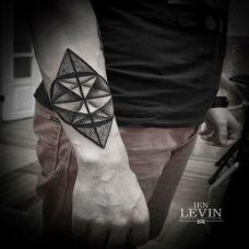 小臂外侧的几何体纹身图案