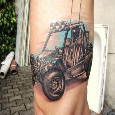 大臂上的汽车纹身图案