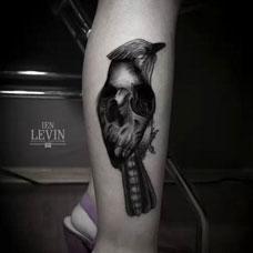 小腿上的麻雀骷髅纹身图案