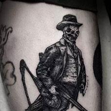 大腿上的鸟雀猎人纹身图案