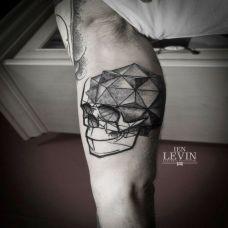大臂内侧的骷髅几何纹身图案