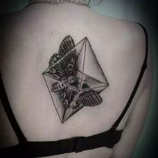 后背上的飞蛾晶石纹身图案