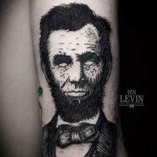 大臂上的人物头像纹身图案