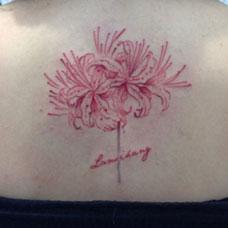 后背上的彼岸花纹身图案