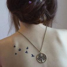 女生后背上的飞鸟纹身图案