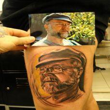大腿上的肖像纹身图案