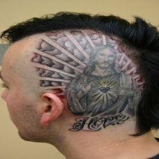 头上的耶稣纹身图案