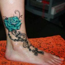小腿绿色玫瑰十字挂链纹身图案