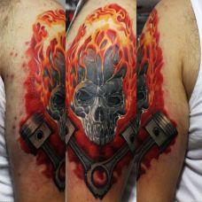 大臂上带着火焰的骷髅头纹身图案