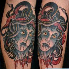 头上盘着多个蛇的日本生首纹身图案