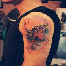 胳膊上的水母纹身图案