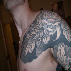 半胛黑灰色菊花纹身图案