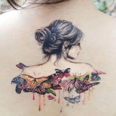 后背上的美女蝴蝶纹身图案