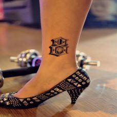 脚踝上的英文字母纹身图案