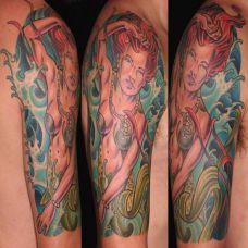 大臂上的美人鱼纹身图案