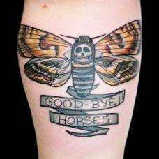 胳膊上的飞蛾纹身图案