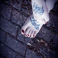 脚面上的花体字英文纹身图案